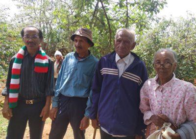 Sylvain, le maire et les doyens du village